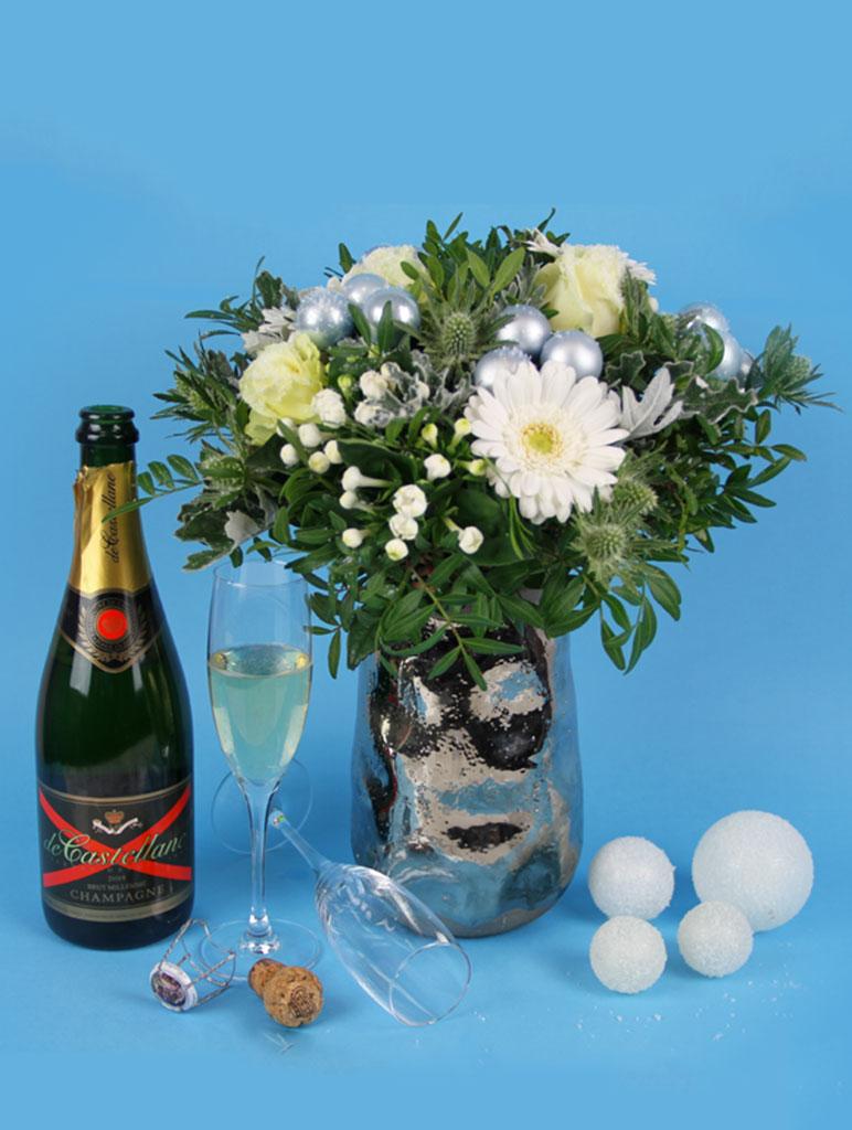 bouquet de fleurs de noel avec de la neige te sa bouteille de champagne de castellane