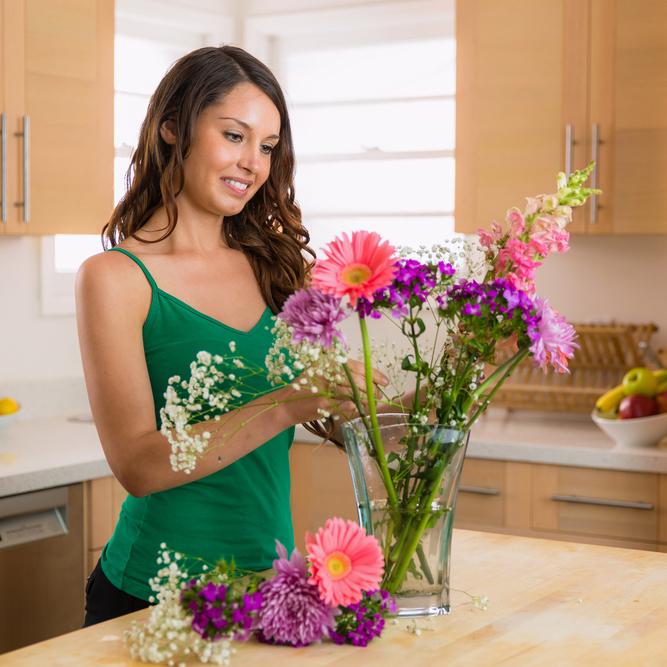 mise en place des fleurs dans un vase