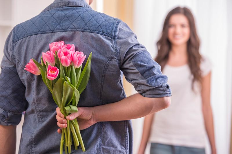 surprendre et offrir un bouquet de fleurs