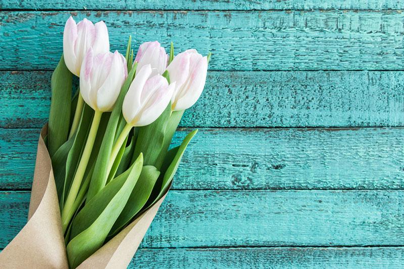 offrir des fleurs roses : signification
