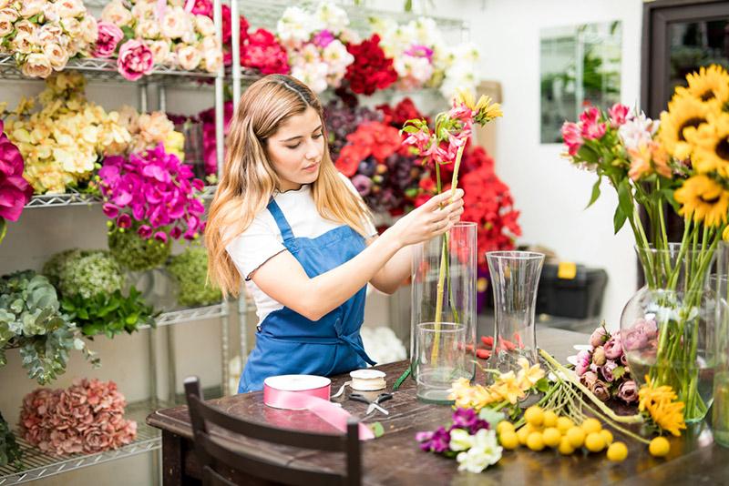 fleuriste réalisant un bouquet de fleurs