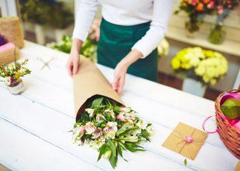 fleuriste préparant un bouquet