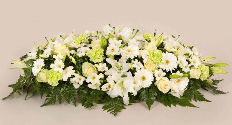 raquette de fleurs blanches pour tombe
