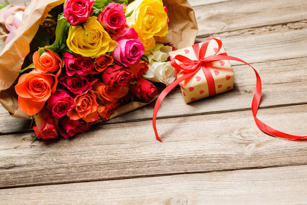 offrir des fleurs avec un cadeau